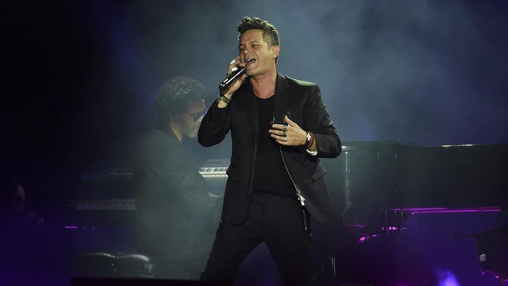 El cantante es muy supersticioso y, antes de subirse a un escenario, se santigua unas siete veces.