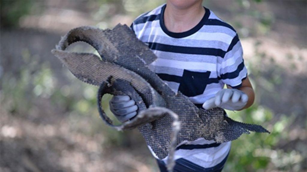 Un niño recogiendo basuraleza del entorno ambiental