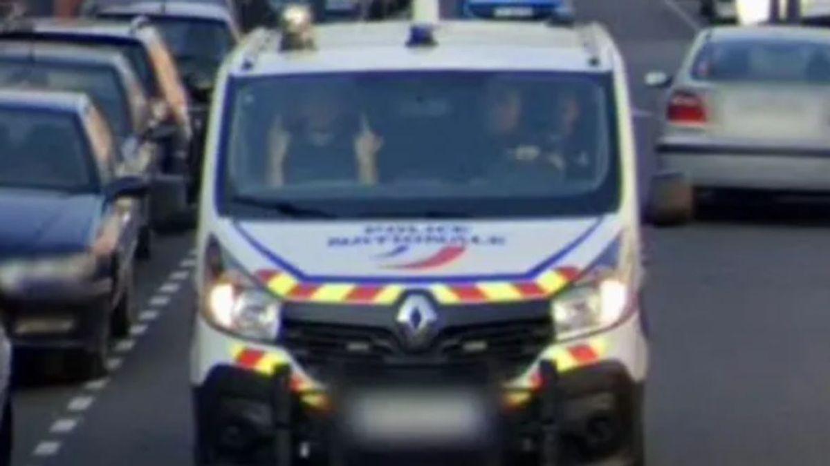 La doble peineta de un policía francés en una foto de Google Maps que indigna a los suburbios franceses