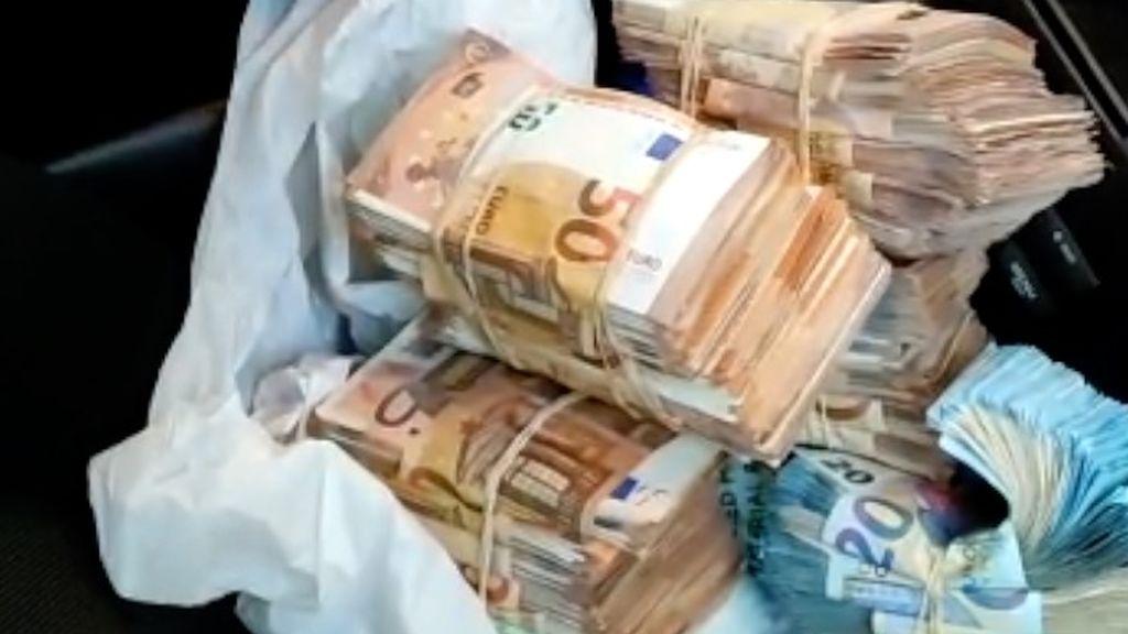 Los fajos de billetes ocultos en el coche