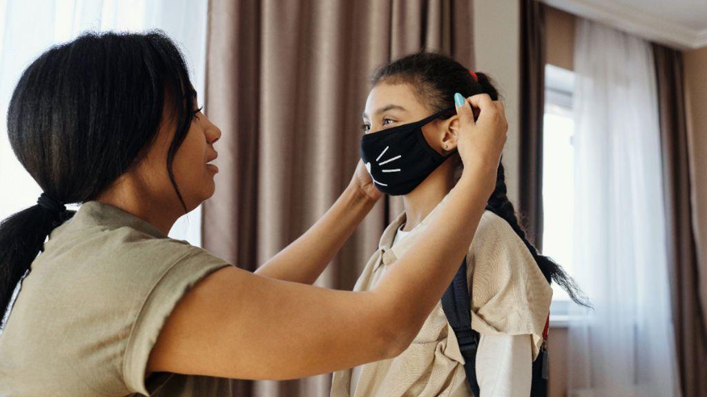 Mascarillas también en casa: la OMS recomienda usarlas si recibes visitas y no hay buena ventilación