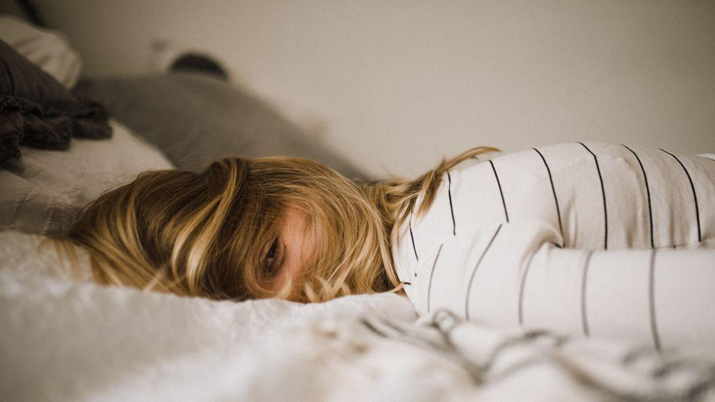 Chica llorando en la cama