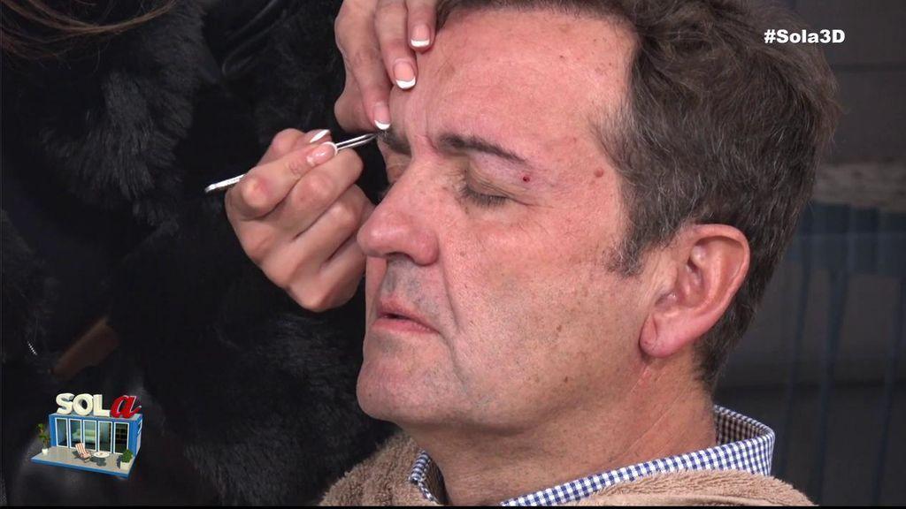 Miriam Saavedra le depila las cejas  Antonio Montero