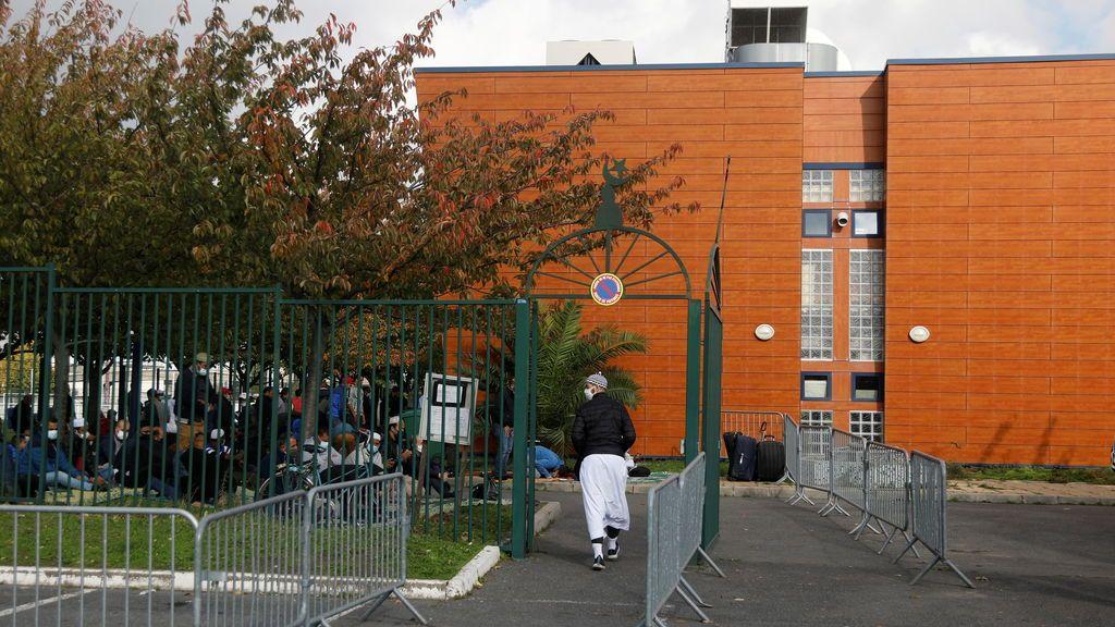 """Francia anuncia """"acciones masivas"""" contra 76 mezquitas sospechosas de """"separatismo islámico"""""""