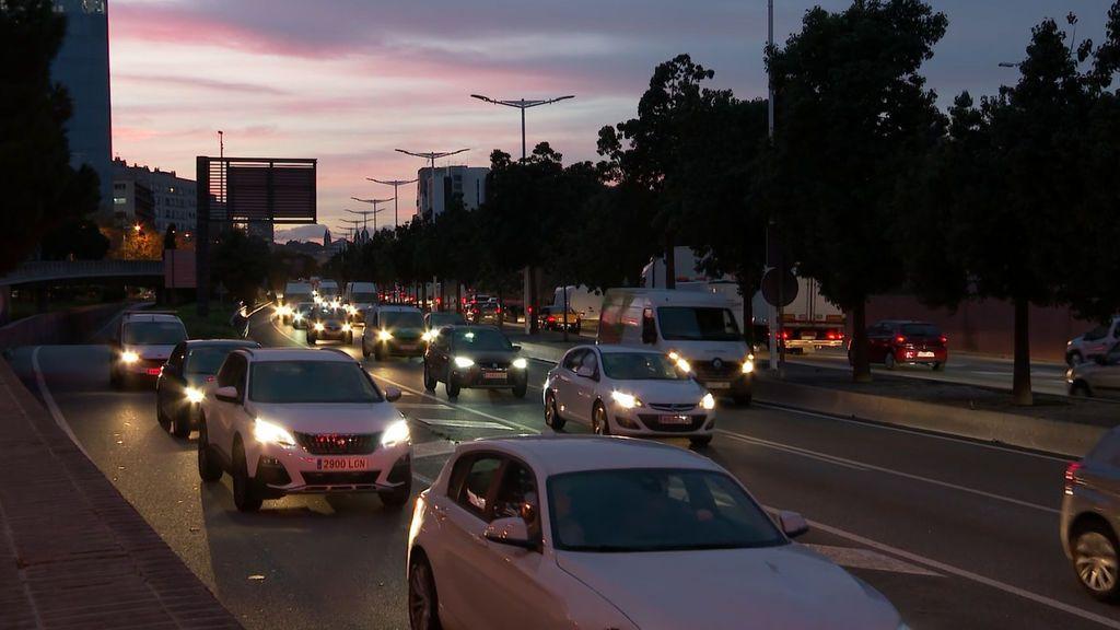 Atascos en las salidas de Barcelona para evitar el confinamiento municipal del viernes