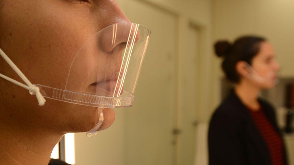 Los enfermeros advierten: las mascarillas transparentes de PVC que usan algunos influencers no protegen del covid