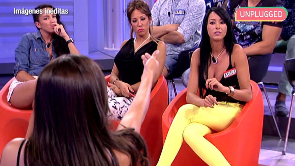 Aurah Ruiz hablando con Lola Ortiz