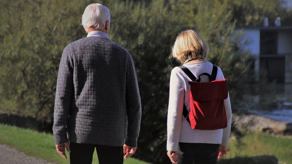 Dificultad para seguir conversaciones o no saber qué día es: los 10 avisos para detectar el Alzheimer en los tuyos