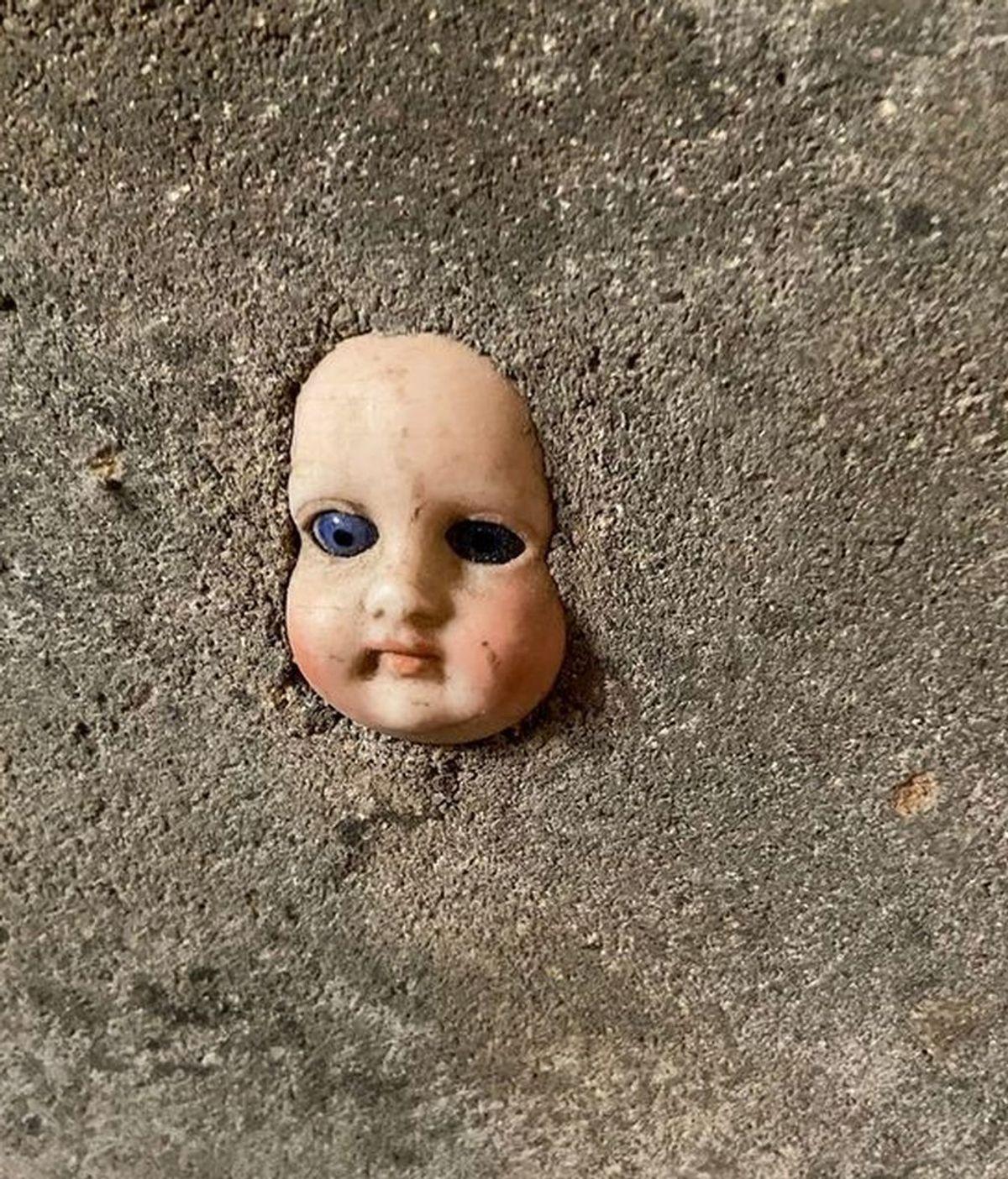 Espeluznante descubrimiento que se vuelve viral: encuentra la cabeza de una muñeca enterrada en una pared de su casa