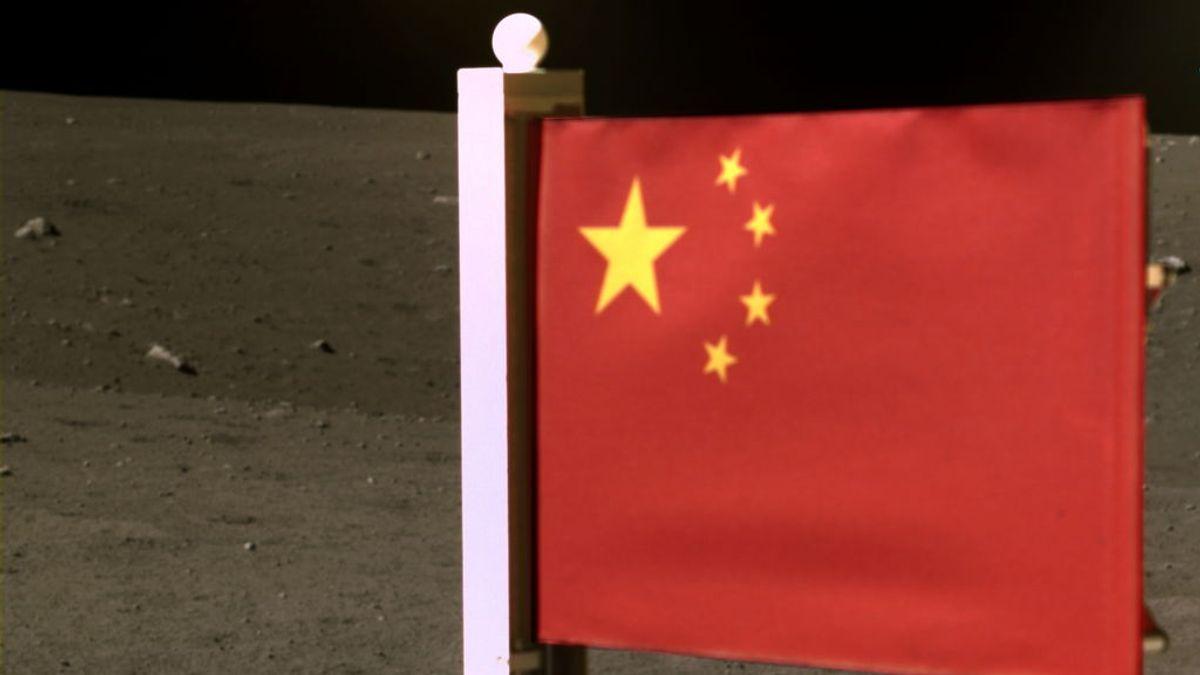 China despliega su bandera nacional en la Luna