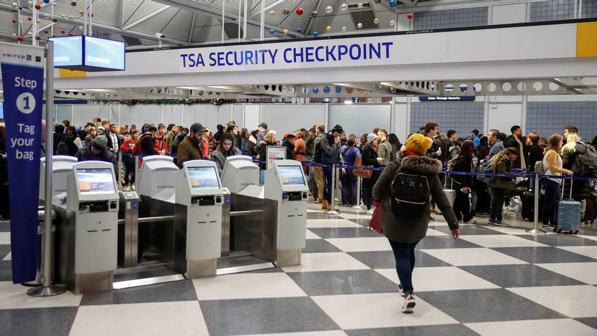 Logran evitar que un menor positivo en covid19 embarque en un avión en Estados Unidos