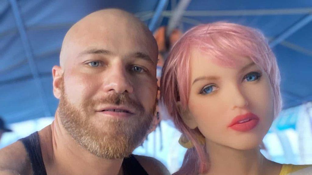 ¡Parejas increíbles! Un hombre pansexual se casa con su muñeca hinchable