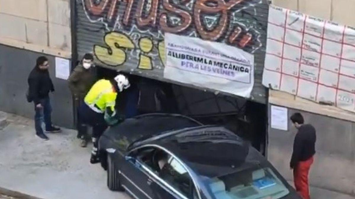 Arrestan a un hombre en Barcelona tras empotrar su coche contra el local que le habían okupado