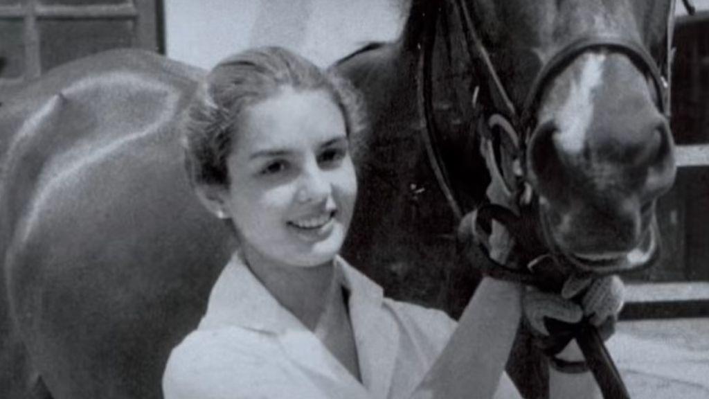 Carolina Herrera, de joven con su caballo