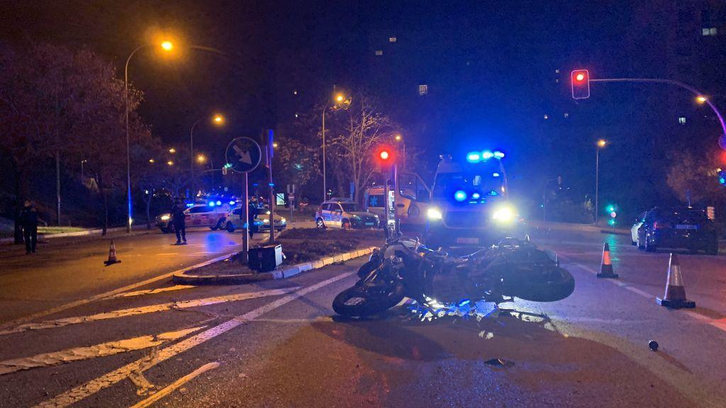 Dos viandantes reaniman a un motorista tras colisionar con un turismo en Madrid