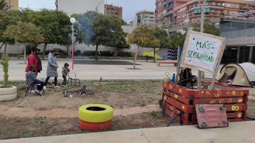 Padres acampan en un colegio en Alicante para frenar la oleada de robos que sufre el centro