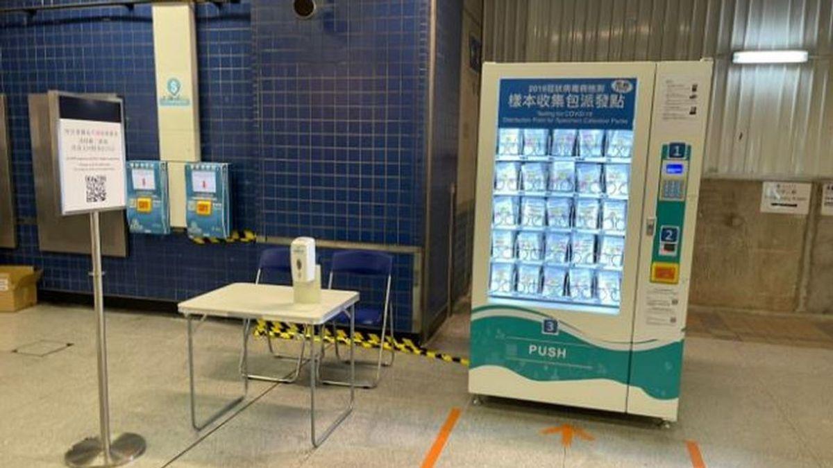 La máquina de tests rápidos de covid-19 en el metro de Hong Kong