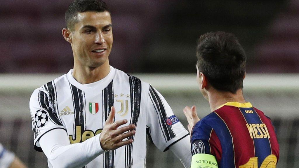 Messi y Cristiano se saludan antes de empezar.