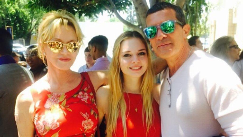 Stella del Carmen junto a sus padres