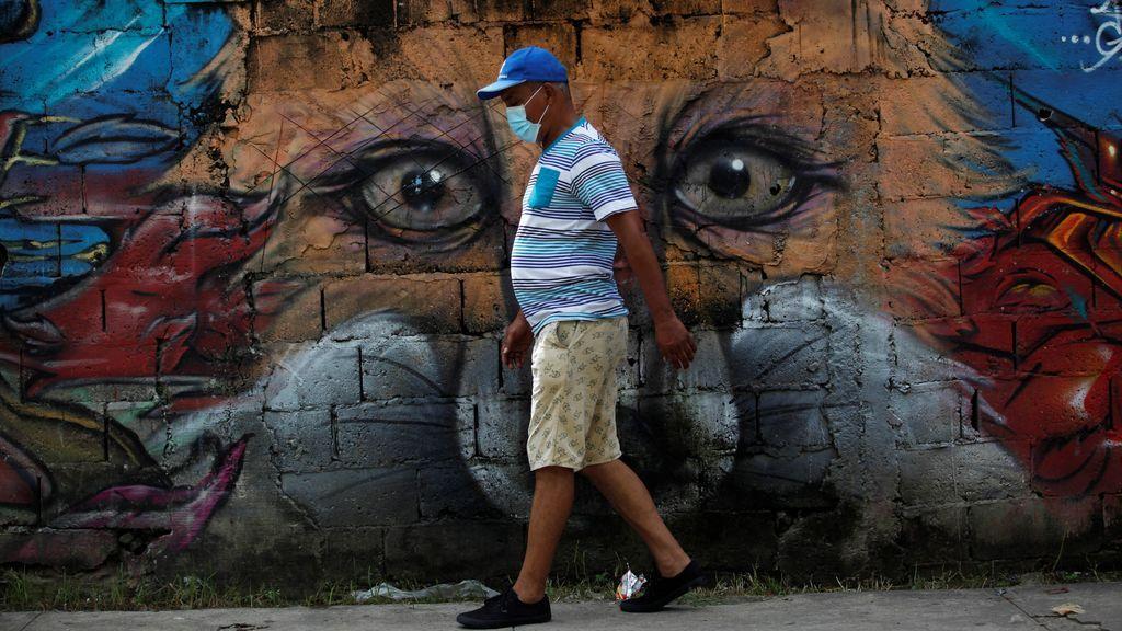 Hombre pasea con mascarilla