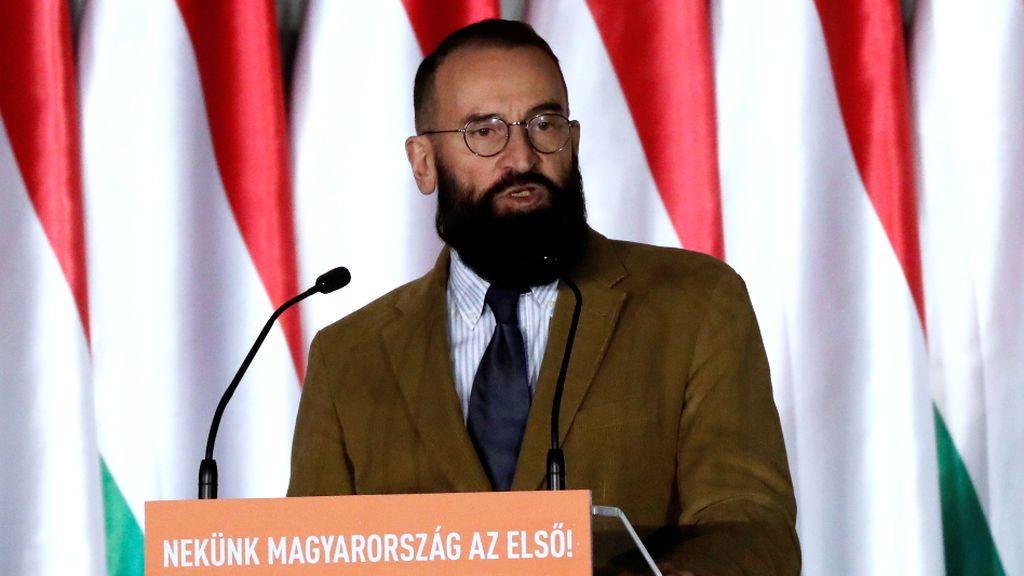 """La placa conmemorativa al eurodiputado que huyó de la orgía: """"La carrera de József Szájer termina aquí"""""""