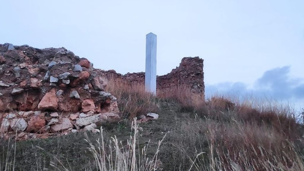 El misterio llega a España: aparece un nuevo monolito metálico en Segovia