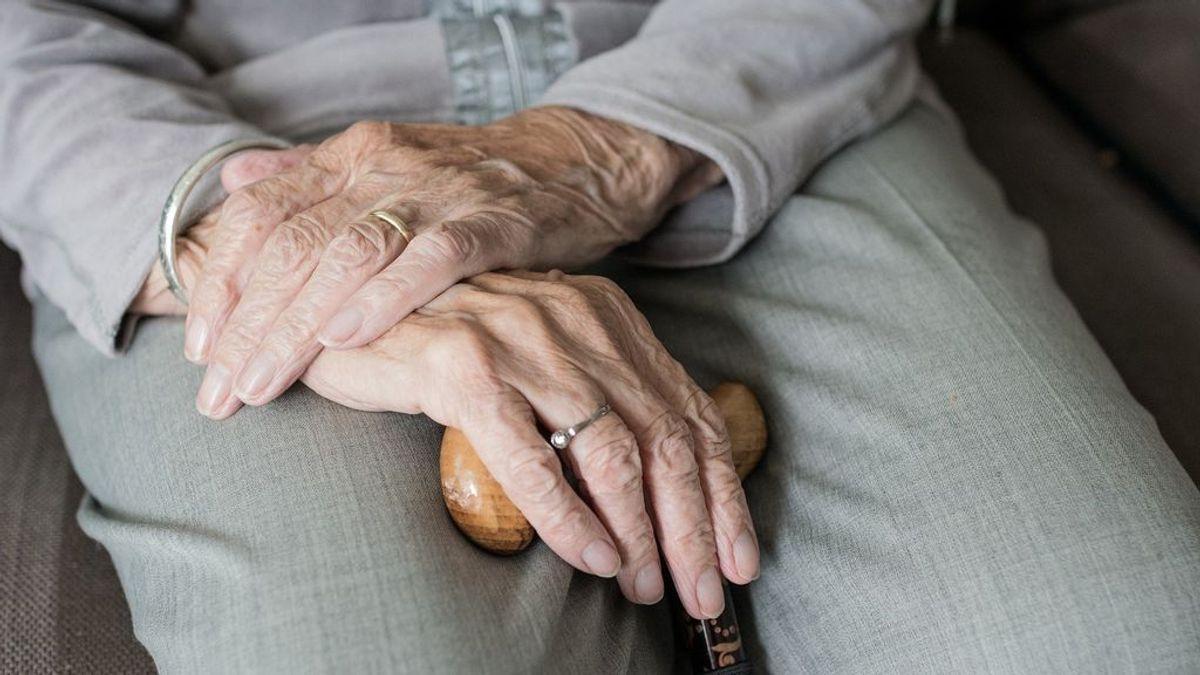 Una anciana de 80 años experta en artes marciales se defiende de dos atracadores