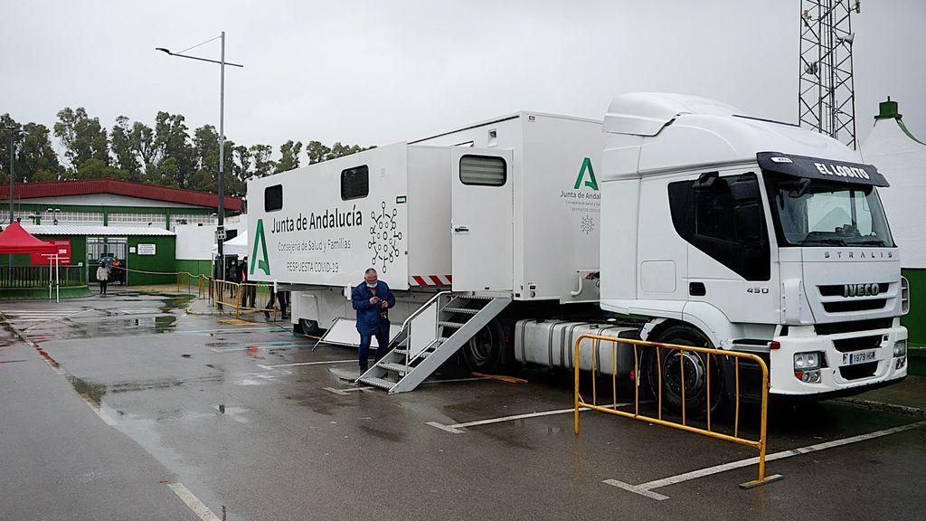 El camión-laboratorio de la Junta de Andalucía en Barbate