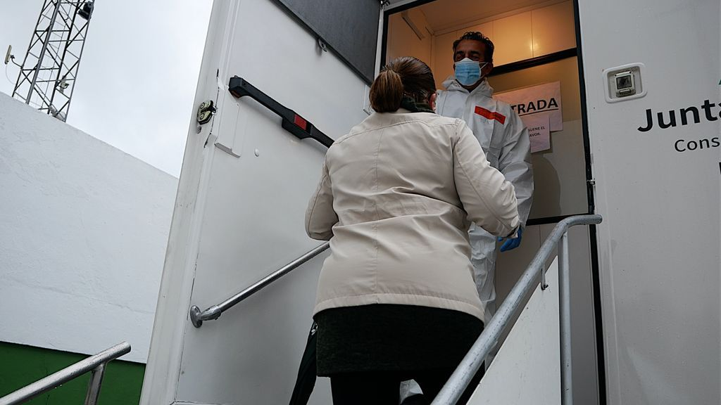 Pepi entrando en el camión para hacerse el test de antígenos