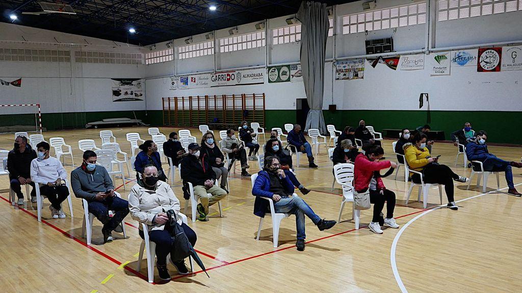 Ciudadanos de Barbate esperando para hacerse un test de antígenos