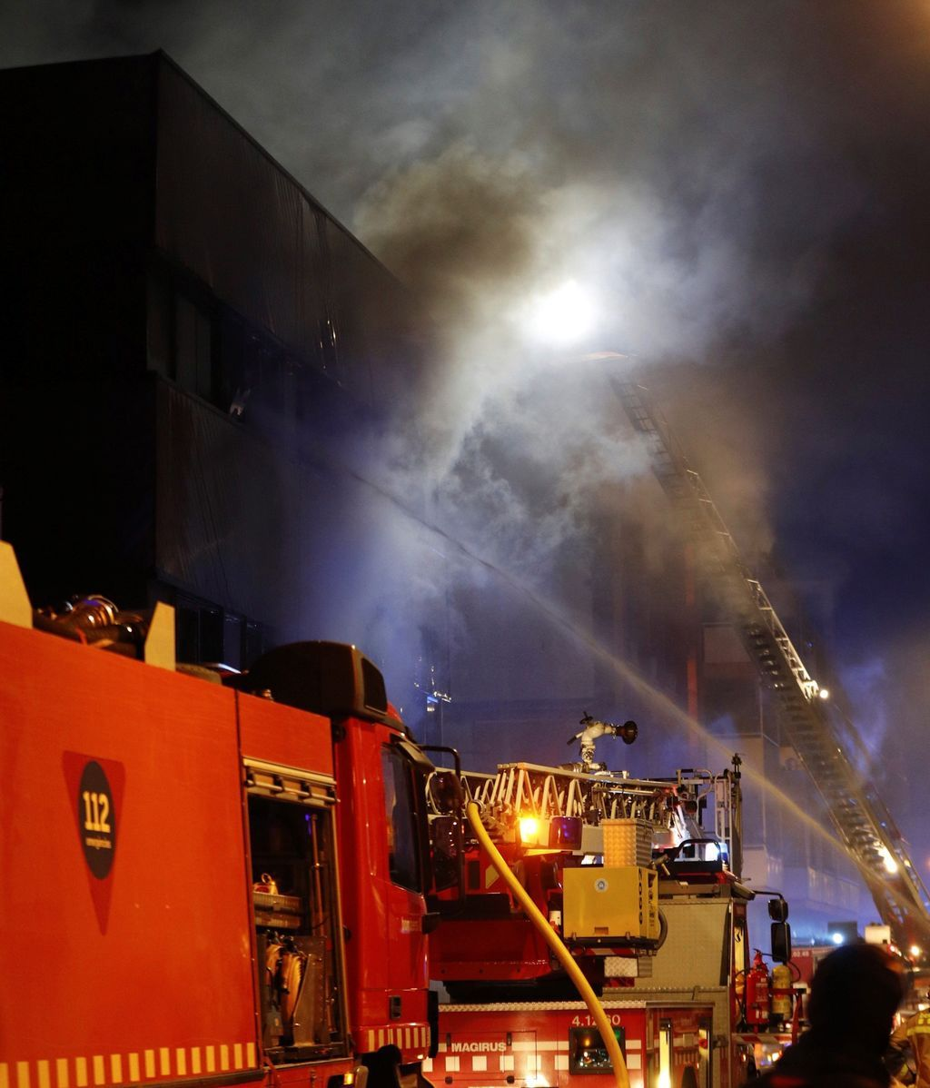 Una veintena de dotaciones de los Bomberos de la Generalitat durante la extinción del incendio