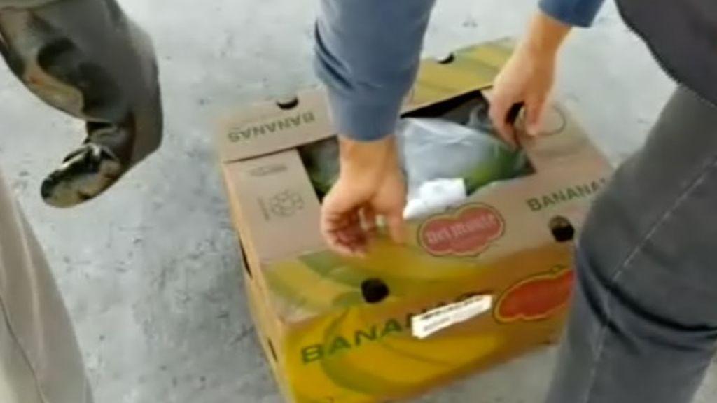 Los agentes abriendo una de las cajas