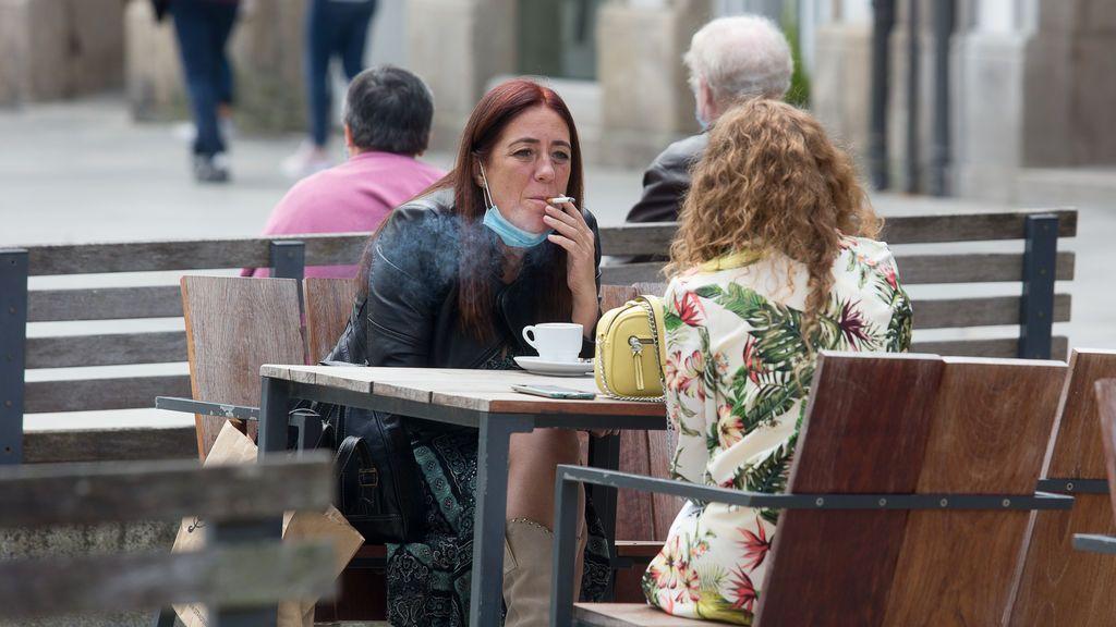 Fumar en la calle, la norma del covid que casi todos los fumadores incumplen