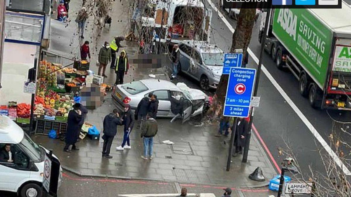 Un coche arrolla a un grupo de peatones en Londres, hiriendo gravemente a varias personas