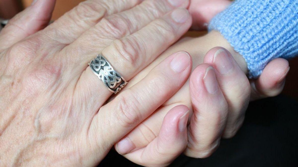Revuelo en la Red por el caso de una abuela que cobra por cuidar de sus nietos