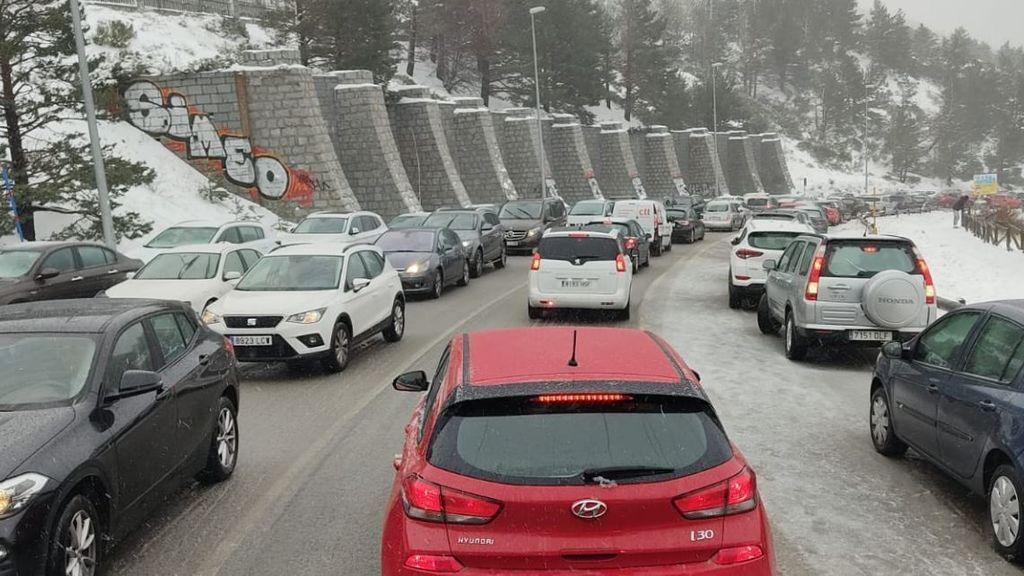 Tráfico corta el acceso al Puerto de Navacerrada desde Madrid este fin de semana para evitar nuevas aglomeraciones