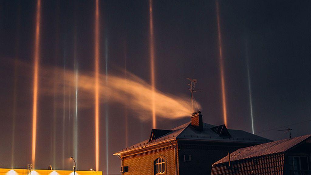 Espadas láser naturales: el raro fenómeno de luces que ha iluminado a medianoche el cielo de Siberia