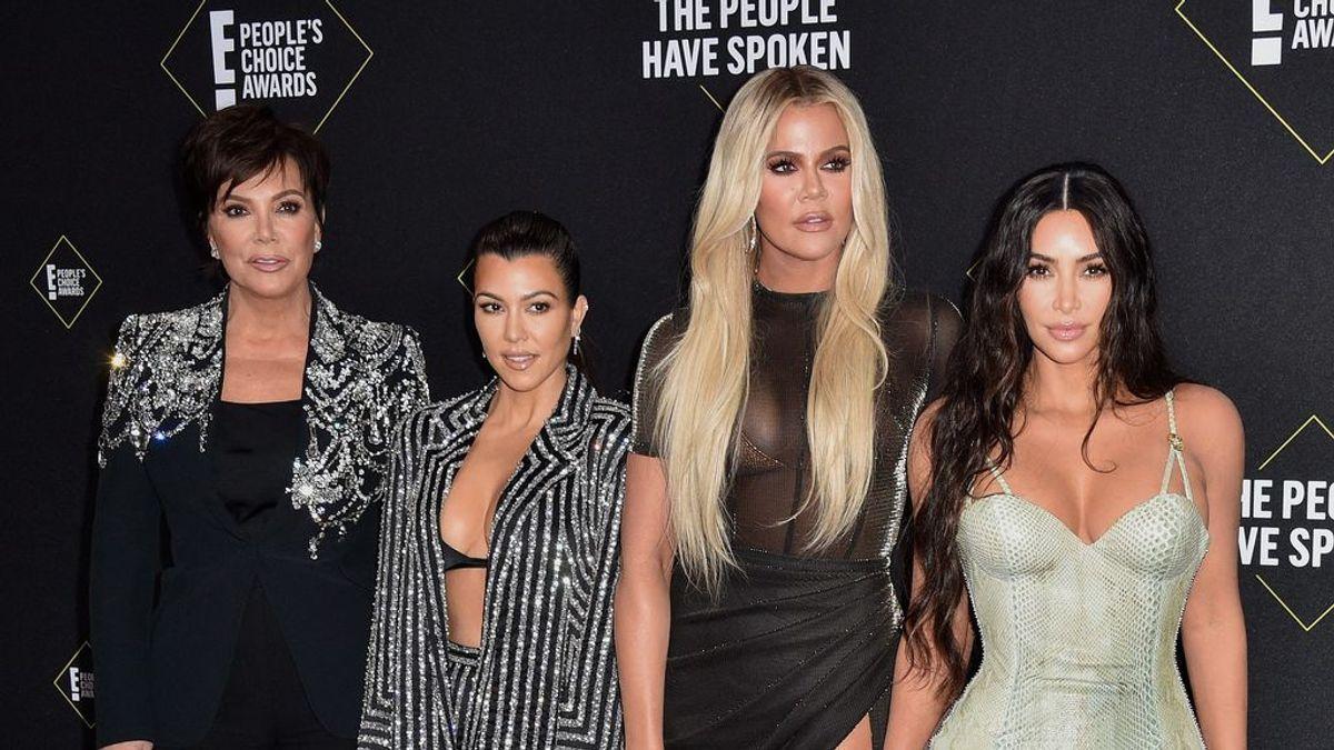 Kris Jenner, Kourtney Kardashian, Khloé Kardashian y Kim Kardashian en una alfombra roja