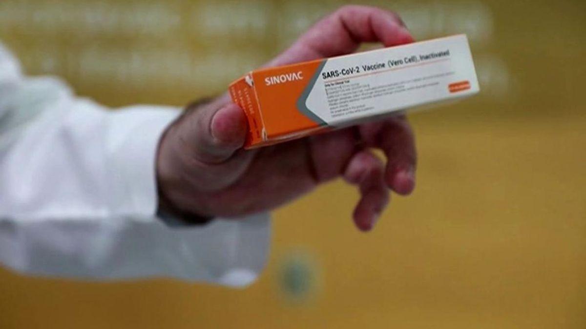 Reino Unido recomienda a tres grupos de pacientes no ponerse la vacuna del covid pero ¿por qué?