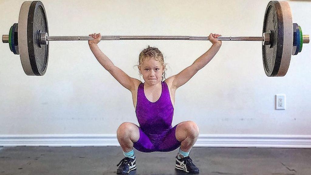 Una niña de 7 años se convierte en la más fuerte del mundo al levantar 80 kilos de peso