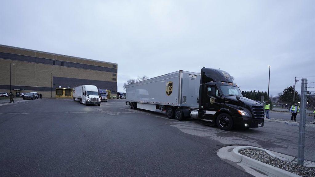 El primer cargamento de la vacuna de Pfizer saliendo de la fábrica de la farmacéutica en Portage, Míchigan