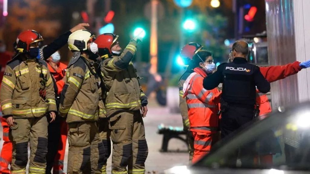 Bomberos, Policía Nacional y servicios de emergencia debajo de la casa del exguardia civil atrincherado en Valladolid