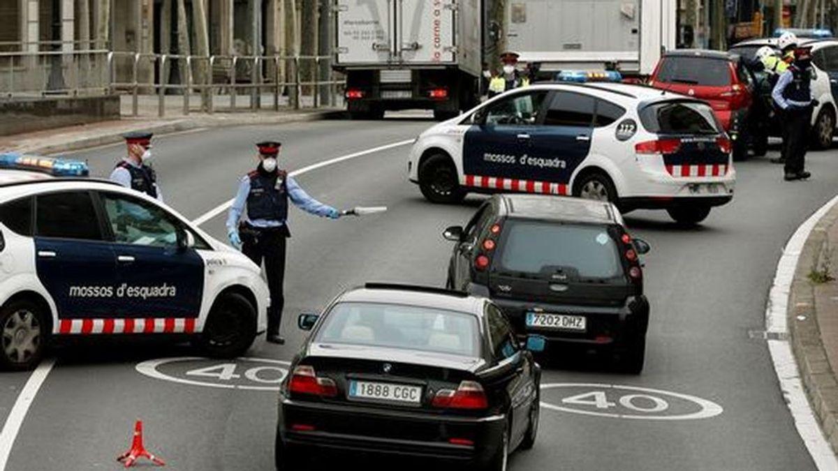Denuncian a tres policías por saltarse toque queda en Barcelona: uno de ellos dio positivo en control de alcoholemia