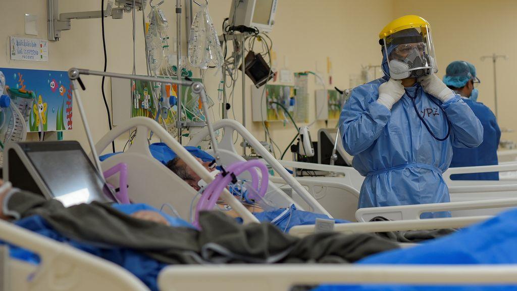 Personal sanitario atendiendo a enfermo de covid