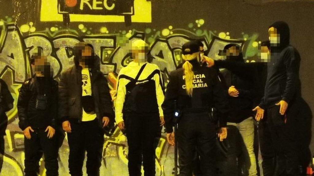 Policía de Gran Canaria identificando a los jóvenes que realizaban el botellón
