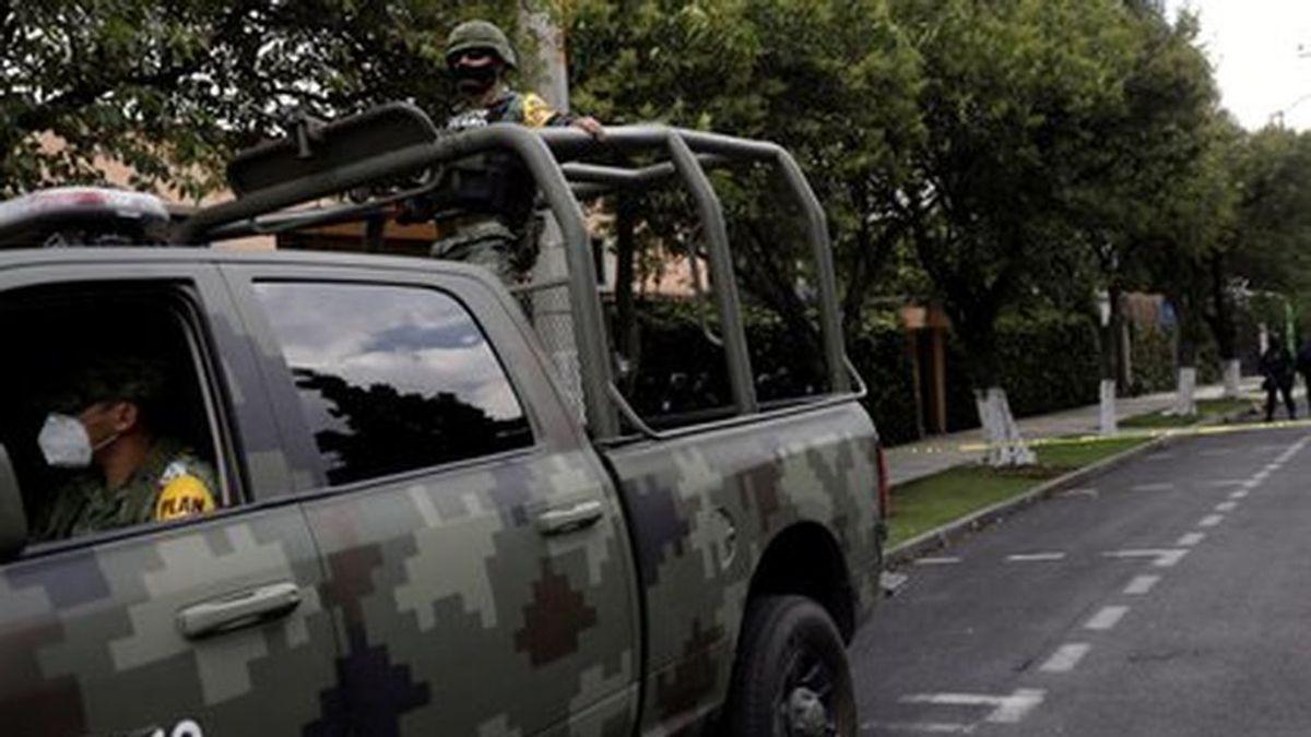 """Cortan la mano a tres jóvenes """"por rateros"""" y los arrojan en una carretera de México"""