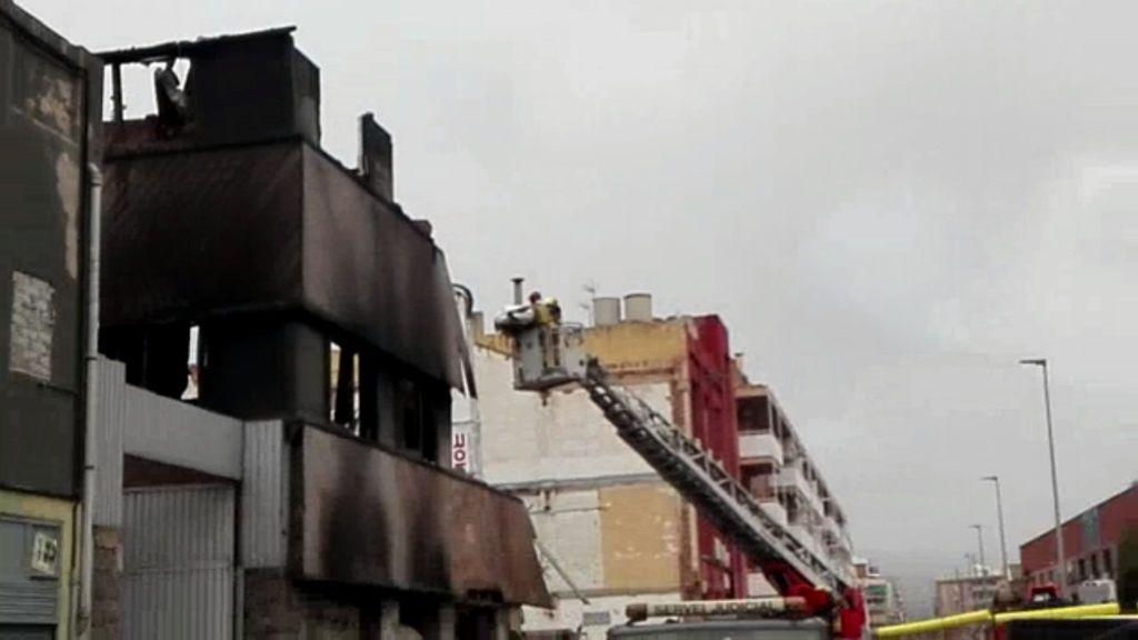 Encontrada una cuarta víctima mortal entre los escombros de la nave incendiada de Badalona
