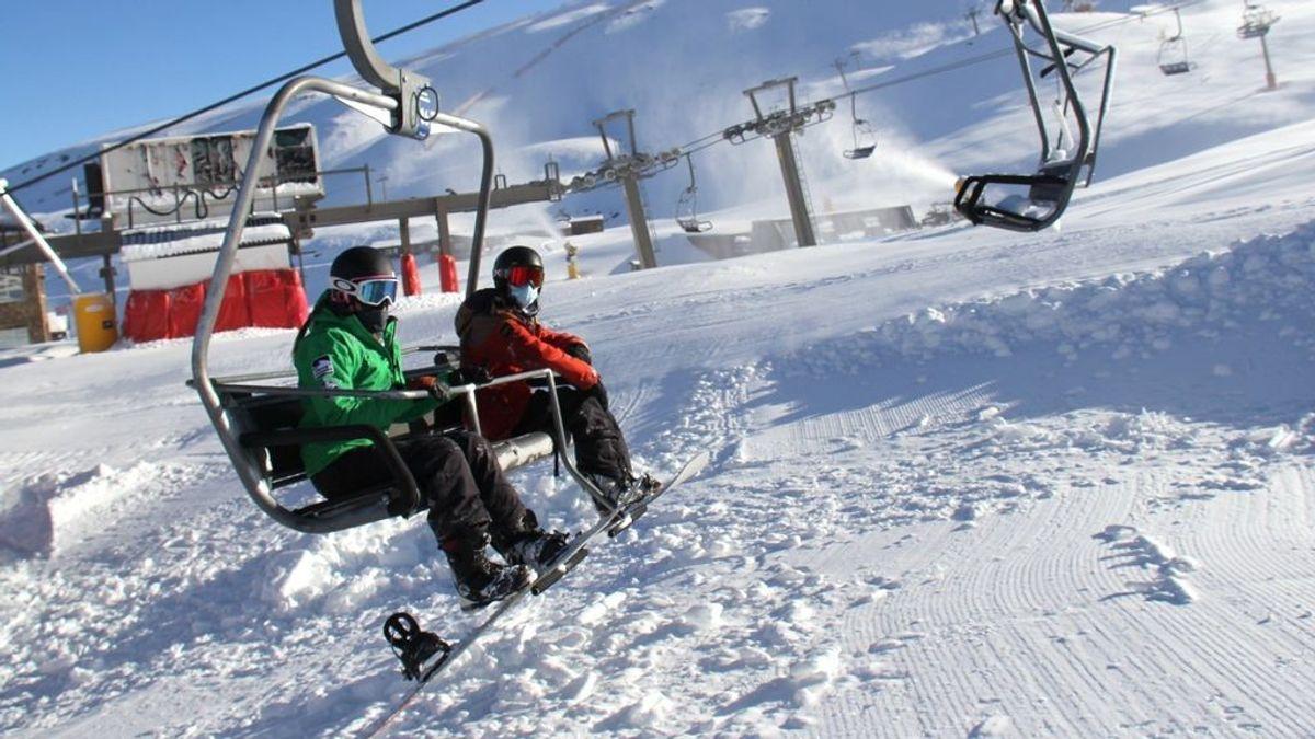 EuropaPress_3474235_esquiadores_remonte_estacion_esqui_sierra_nevada_granada