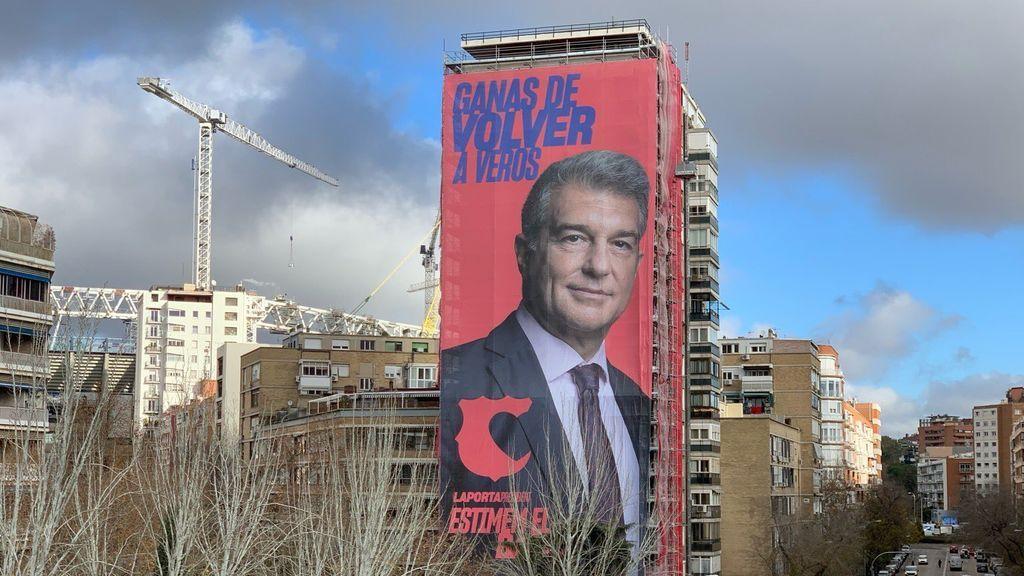 """Laporta cuelga un cartel gigante con su cara al lado del Bernabéu: """"Ganas de volver a veros"""""""