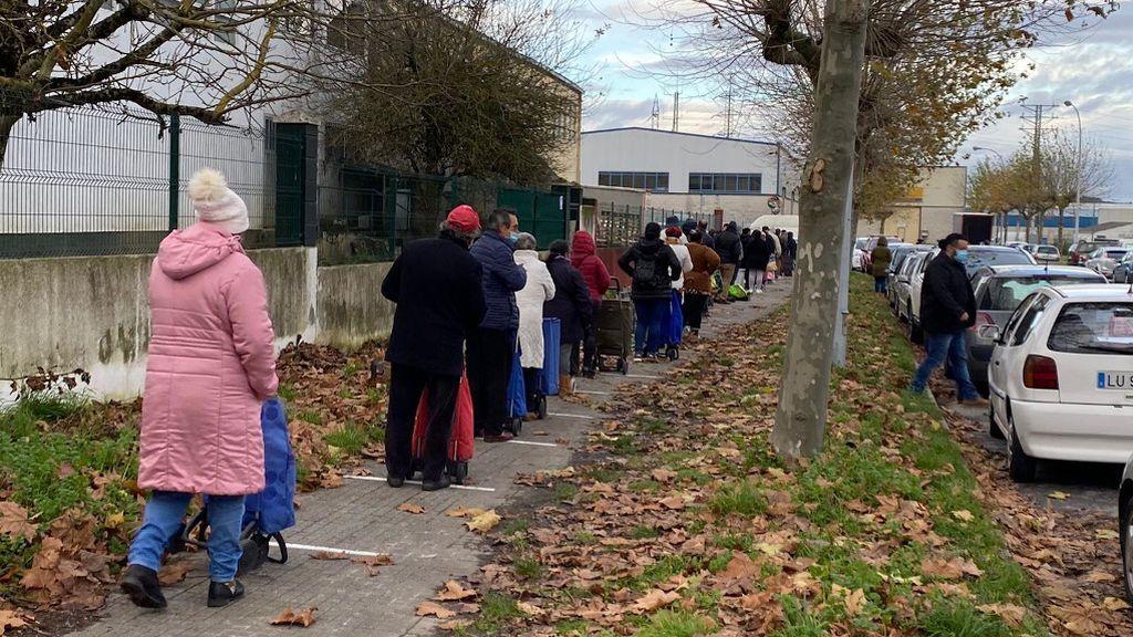 Personas haciendo cola a las puertas del Banco de Alimentos de Lugo